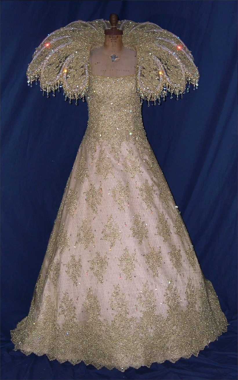Royalty - Queen gown & collar gold lace